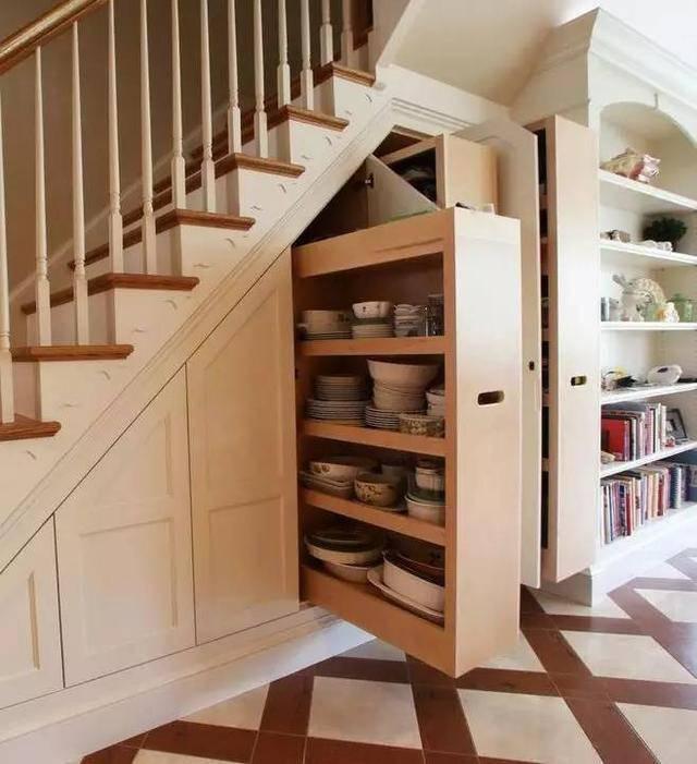 家里的楼梯下面,用夹缝置物架来填满空间,等于多出好几个储物柜,无需图片