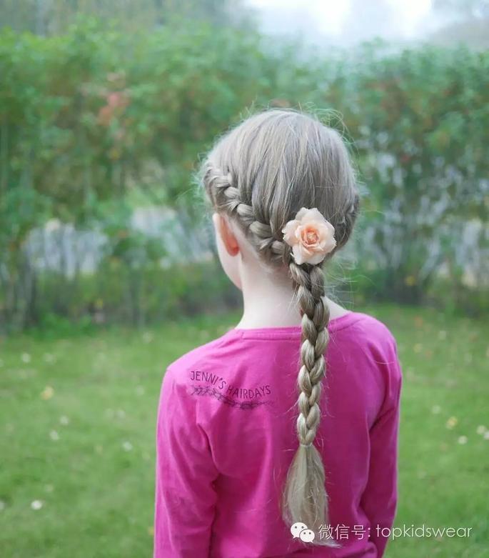 心形编发 甜美可爱的双麻花同样备受欢迎,不同于一般的麻花辫,看起来