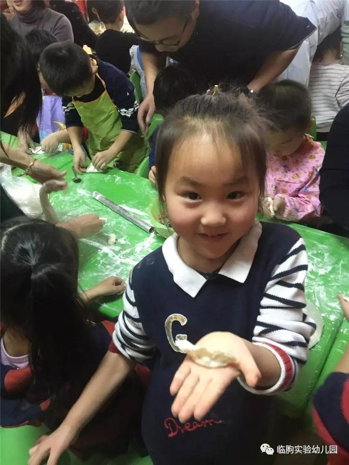 临朐县实验幼儿园大班开展冬至包饺子亲子活动