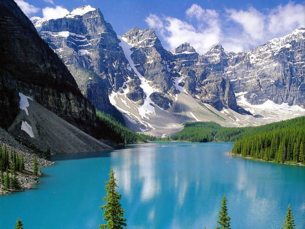 亲眼看见如镜一般之湖面倒影著宏伟的山蟒及维多利亚冰川,有如置身